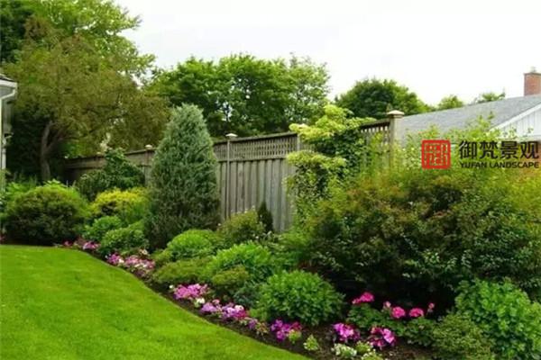 如果山就是山,水就是水,會是多么的乏味。別墅花園亦如此,花非花,草非草,需要更多的細節,點綴空間的靈性。  草坪與植物種植區之間,可自然過渡,但當花境邊緣色為深淺綠色時,用自然卵石或園藝磚分界,更多精致度。對花園有要求的園主們,不妨借鑒。  花境邊緣,挖取隔離水溝,將草坪邊緣弧度切割完美,草坪與花境自然分割的同時,又利于排水。  大面積整鋪的園路,很容易視覺感過于呆板,將園路左右局部留出種植區,栽植中低層花境植物,邊緣蔓延,柔和道路空間感。  園門前的大塊嵌草汀步與園門內密拼的亂板,材質一樣,但兩種不同的